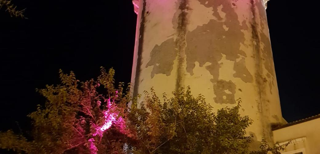 Torre di mola colorata di rosa per la campagna di sensibilizzazione per la lotta al tumore al seno